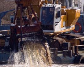Baggeraar dreigt haven te blokkeren met kraanschip