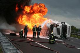 Vrachtwagenchauffeur gered uit brandende cabine