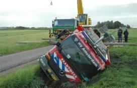 Amsterdamse brandweerwagen onderuit