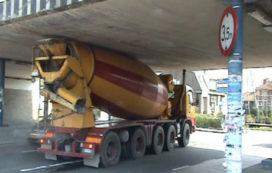 Cementwagen klem onder viaduct