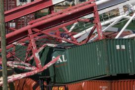 Zwaargewonde door omgevallen containerkraan