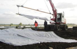 Waterschap oefent met 'inpakken' van dijk