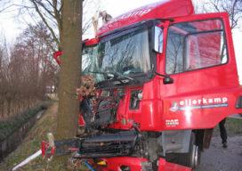 Vrachtwagen botst op bomen