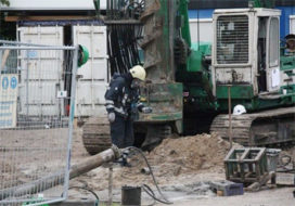Grondboor doorboort gas- en waterleidingen