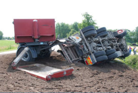 Vrachtwagen met zand gekanteld op N381