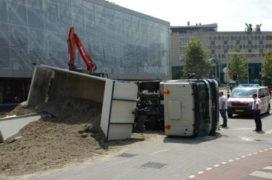 Kiepwagen met zand kantelt in Bergen op Zoom