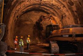 Case CX 460 doorbreekt laatste obstakel metro