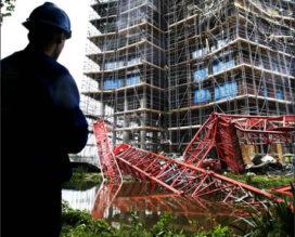 Bouwkraan valt van torenflat (nieuwe foto's)