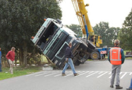 Vrachtwagen gekanteld bij Lauwerzijl
