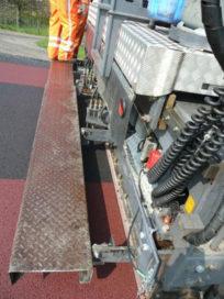 Nieuw asfaltsysteem brengt twee kleuren tegelijk aan