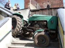 Pool rijdt tractor klem op trap