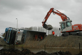 Truck gekanteld in Kampen