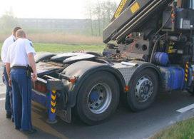 Truck verliest oplegger met zand op A2