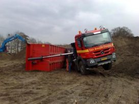 Vrachtwagen gekanteld op A7 Heerenveen