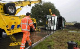 Vrachtwagen kantelt, één gewonde