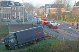 Aangereden truck belandt naast stadsgracht