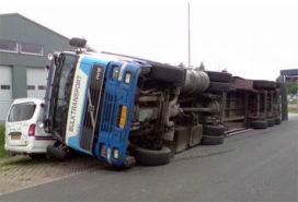 Vrachtwagen valt boven op bestelbus