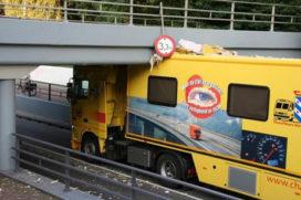 Vrachtwagen vast onder spoorviaduct Heerenveen