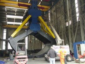 Gigantische 'wrakkengrijper' op transport