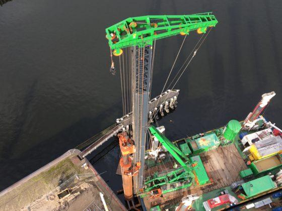 De bouw van de nieuwe zeesluis vraagt om slimme bouwmethoden die zo min mogelijk trillingen veroorzaken. Elf buispalen worden tot -38 meter geboord, de overige buispalen worden de bodem ingetrild. (Foto: Roel Schoonderwoerd)