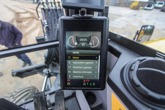 In de cabine vormt het zeveninch scherm de schakel tussen machinist en techniek. Met de druktoetsen op de zijconsole bedien je het menu. En dat wijst zichzelf. Veel zaken zijn instelbaar, opvallend voor een machine in deze klasse.