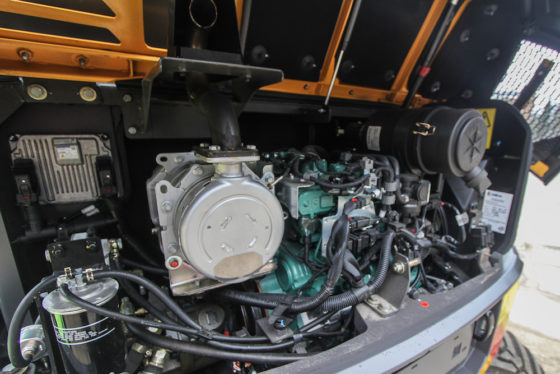 De 2,6 liter viercilinder turbodiesel met intercooler komt van Kubota. De motor levert 61,5 pk (45 kW) en maakt gebruik van een partikelfilter.