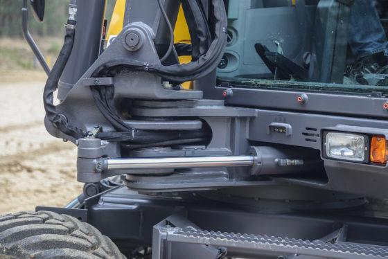 Volvo monteert de offsetcilinder aan de binnenzijde van de machine, aan de linkerzijde van de giekvoet. Hier zit deze iets meer beschermd. Een detailverschil met sommige concurrenten.