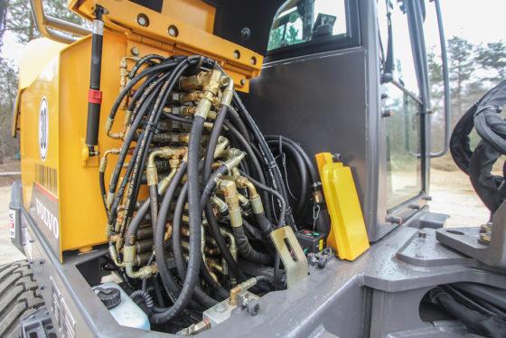 Rechtsvoor is het ventielenblok te vinden. Tegen de achterzijde van de cabinewand is de brandstof-vulpomp met prima opbergmogelijkheid voor de slang. In het klein zoals in het groot.