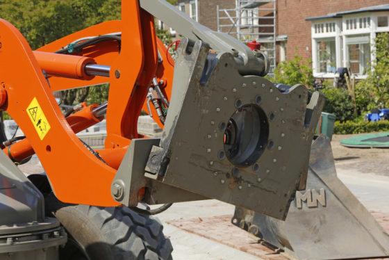 Het systeem is ontwikkeld op basis van een draaikrans. Met behulp van hydraulische cilinders beweegt één van de twee schijven en kan de bak zijwaarts kantelen, aan beide zijden tot 20°.