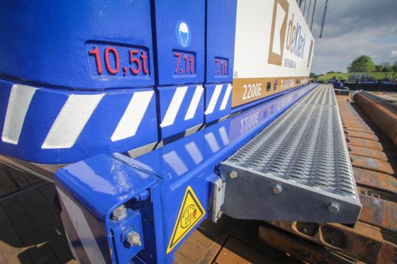 De Sennebogen 2200E beschikt over een kleine 25 ton contragewicht. De fabrikant spoot de machine in de fabriek al in de bedrijfskleuren, inclusief een laag blanke lak. De treeplanken rondom zijn opgebouwd door Van den Heuvel.