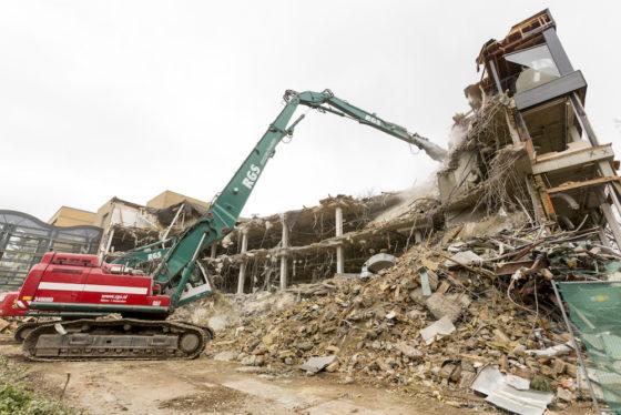De sloop van zware constructies vergt de inzet van zwaar materieel. RGS koos voor de bijna 70 ton zware Cat 349UHD met ruim 26 meter giek en de 35 ton wegende Hitachi ZX350-5.