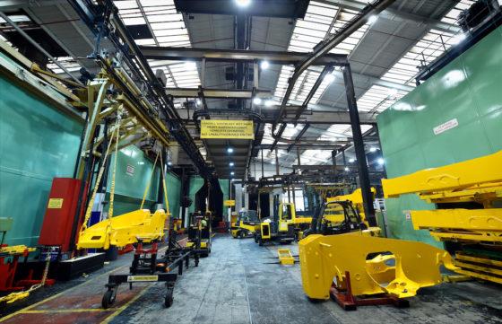 Vanaf het begin worden de JCBverreikersgeproduceerd in de fabriek bij het hoofdkantoor van JCB inRocester,Staffordshire. Een gespoten chassis verlaat de verfstraat. In het verleden werden de machines pas na het afbouwen gespoten, maar nu worden alle c