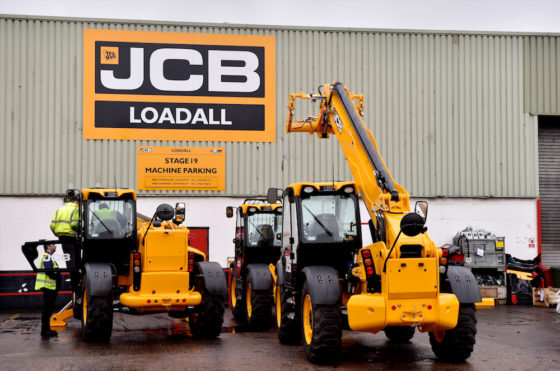 Vanaf het begin worden de JCBverreikersgeproduceerd in de fabriek bij het hoofdkantoor van JCB inRocester,Staffordshire.Voor aflevering worden deverreikersgeïnspecteerd door het PDI-centrum (Pre-DeliveryInspection. De PDI voert een grondige contro