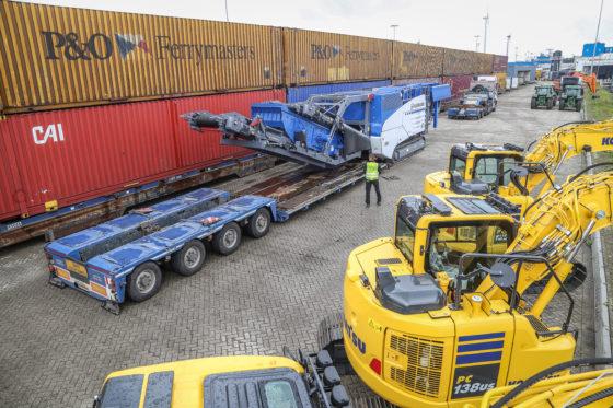 In Rotterdam neemt de breker de P&O-ferry naar Engeland, waar de machine is verkocht. Meerdere rupskranen van diverse merken nemen dezelfde boot. Om te lossen is de interdolly van het bed gekoppeld.