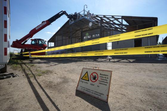 Asbest verwijderen vanuit een werkbak met open front: Lagemaat laat zien dat het mogelijk is.