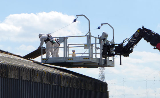 De werkbakcapaciteit van 1000 kg is voldoende voor twee medewerkers plus een fors aantal golfplaten van asbestcement.