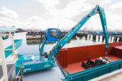 Elektrische Atlas op kraanschip zamelt geruisloos afval in