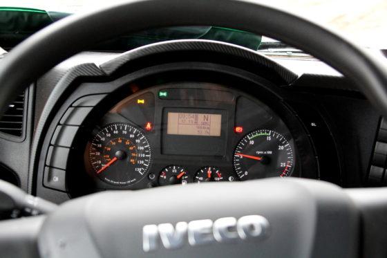 Functioneel interieur met keurige displaybij de Iveco.