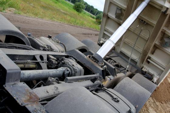 OpvallendbijTatrais de eigen tussenbak die hoog in het chassis gemonteerd is.