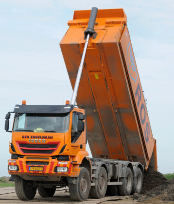 De Iveco werd via de dealer gekocht bij PK Trucks en was al voorzien van een 21,8 kuubs geïsoleerde Ruizeveld kipper.