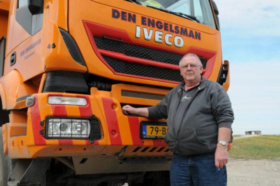 Chauffeur Theo Hubers van Den Engelsman met zijn Iveco Trakker 8x8