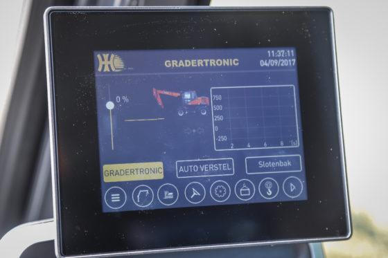 Het Gradertronic-scherm is een HD-aanraakscherm en herbergt diverse functies, zoals een weegsysteem met optelfunctie, hoogtebegrenzing en lastmomentbeveiliging.