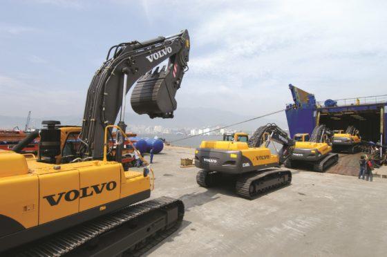 Graafmachinesop transport voor deexportvanuitdeVolvo-fabriek inChangwonin Zuid-Korea.