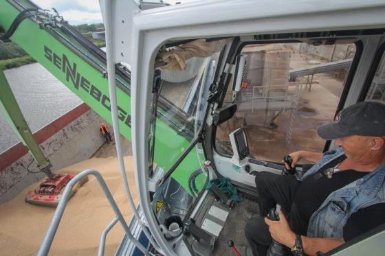 Vanuit de in hoogte verstelbare cabine is er prima zicht. Een camera op de stick is een onmisbaar handigheidje.