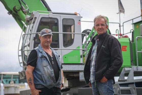 RinusFrieswijken Jaap van Soest bij'hun'machine. Dankzij de ploegendienst vliegen de uren op de teller, die binnen twee jaar de 10.000 passeerde.