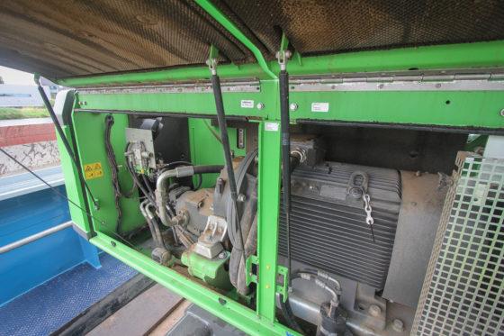 Onder de kap geen dieselmotor. Dus geen hitte-ontwikkeling en een sterke reductie op onderhoudskosten.De elektromotor levert 132kW en drijft de pomp via een tandwielkast aan.