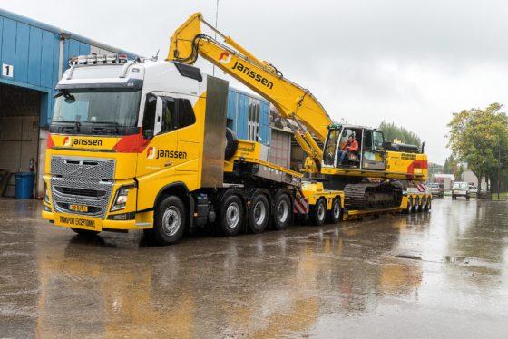 De nieuwe Volvo FH16 8x4 met kruipversnellingen van Janssen Group wordt ingezet voor zwaar transport tot 123 ton treingewicht, met Nooteboom dieplader