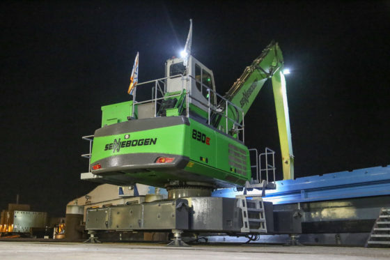 Er is geen onderwagen. Puur uit kostenoogpunt. Dankzij 10 ton ballast op hetonderframestaat de machine stabiel op de stelpoten.