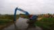 Zwemles voor een 50 tons CAT Long Reach (video)