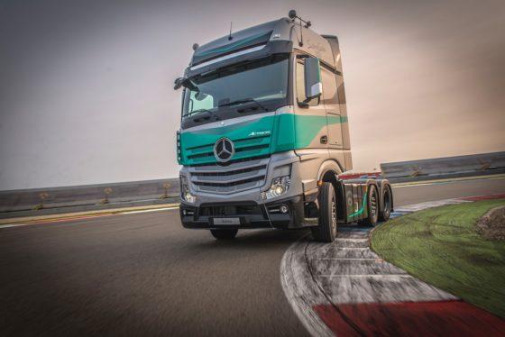 Mercedes-Benz Trucks komt voor de Nederlandse markt met een unieke Actros. De Actros SilverStar Edition heeft een speciale striping en een aangepast interieur